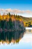 Landschap van de herfst bij meer Stock Foto
