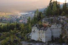 Landschap van de de herfst het marmeren die steengroeve bij zonsondergang met een stad op de achtergrond wordt gefotografeerd stock foto