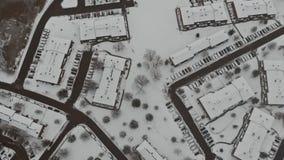 Landschap van de hoogte van de stadsstraat met huizen snow-covered gebouwen, een bewolkte grijze hemel stock video