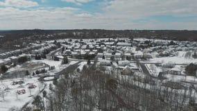 Landschap van de hoogte van de stadsstraat met huizen snow-covered gebouwen, een bewolkte grijze hemel stock footage