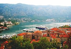Landschap van de Kotor-baai en de rode daken stock foto