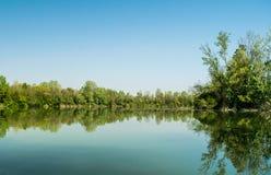 Landschap van de meer vroege lente stock afbeeldingen