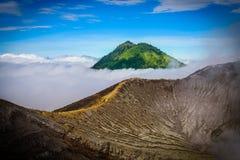 Landschap van de mist van het bergenbedrag in de vulkaan van Kawah Ijen, Java, I royalty-vrije stock afbeelding