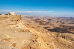 Landschap van de Negev-woestijn Makhtesh Ramon Crater in Mitzpe Ramon, Isra?l stock foto's