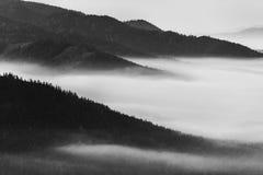 Landschap van de nevelige bergketens royalty-vrije stock fotografie