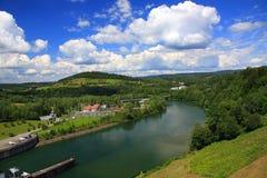 Landschap van de Rivier San voor de dam in Solina Bieszczady, Polen Stock Foto