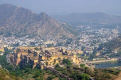 Landschap van de stad van Jaipur met nabijheid en een fort India in bergen stock afbeeldingen