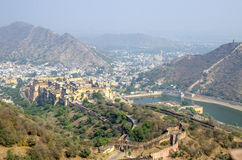 Landschap van de stad van Jaipur met nabijheid en fort India in bergen royalty-vrije stock fotografie