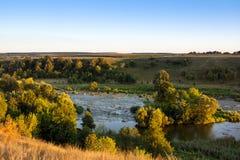 Landschap van de vallei, de rivier, bomen, het gebied, en sk Stock Foto