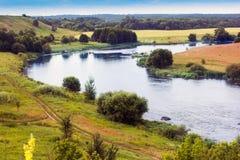 Landschap van de vallei, de rivier, de bomen, en de hemel Royalty-vrije Stock Fotografie
