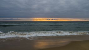 Landschap van de zonsondergang van de oceaan Stock Foto
