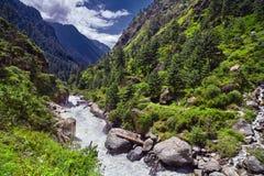 Landschap van een bergrivier met traditionele aard van Kullu v royalty-vrije stock foto