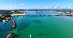 Landschap van een mooie horizon, lange brug, duidelijk blauw water met boten op een schitterende dag stock videobeelden