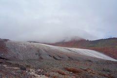 Landschap van Gergeti-gletsjer op een wandelingssleep die Kazbek, Stepantsminda, Georgië leiden op te zetten royalty-vrije stock afbeelding