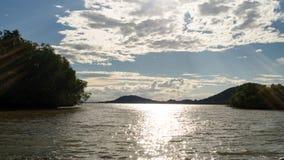 Landschap van groen aardpark met meer in zonnige dag en witte wolk Ontspan tim Royalty-vrije Stock Afbeelding