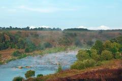 Landschap van groene bomen, blauwe rivieren, bergen, vallei en mis Stock Foto's