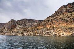 Landschap van Halfeti in de voorgrond Euphrates River en Gedaalde Moskee Sanliurfa, Gaziantep in Turkije royalty-vrije stock afbeelding