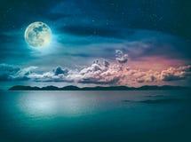 Landschap van hemel met volle maan op zeegezicht aan nacht Sereniteit n Royalty-vrije Stock Fotografie