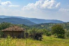 Landschap van het Bulgaarse oude huis op de achtergrond van de bergen stock foto's