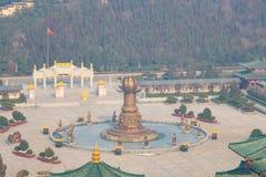 Landschap van het complex van nanshan tempel bij longkoustad in Lushan-Berg in Shandong-Provincie van China stock foto