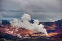 Landschap van het Gebied van IJsland met Waterdamp en Rook Bewolkte blauwe hemel Royalty-vrije Stock Foto's