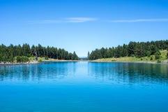 Landschap van het meer in de bergen van de Pyreneeën Stock Foto's