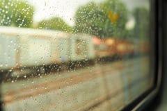 Landschap van het treinvenster na de regen Stock Foto's