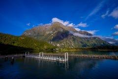 Landschap van hoge berggletsjer bij milfordgeluid met een kleine pijler in het meer, in zuideneiland in Nieuw Zeeland Royalty-vrije Stock Fotografie