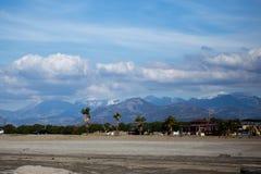 Landschap van kleine mediterrane stad Gazipasha met strandpalmen royalty-vrije stock afbeelding