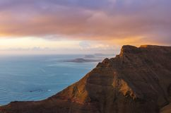 Landschap van klippen van Mirador del RÃo en archipel van Chinijo op achtergrond royalty-vrije stock foto's