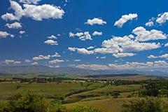 Landschap van landbouwbedrijven en bergen in Oostelijke Kaap stock afbeeldingen