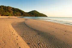 Landschap van lang strand en stil in overzees Zuid-Thailand, Koh yaoyai, Phang Nga royalty-vrije stock fotografie