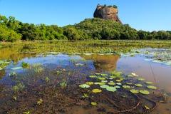 Landschap van leeuwrots en meer in Sigiriya, Sri Lanka Royalty-vrije Stock Foto