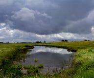 Landschap van meer en stormachtige hemel Stock Afbeelding