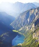 Landschap van meer in hoge berg met zonstralen Stock Fotografie