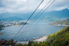 Landschap van Meer Kawaguchiko in de Herfstseizoen Weergeven van kabelwagen in Japan stock afbeelding