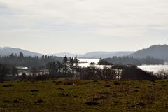 Landschap van Meer Windermere op een koude ochtend wordt geschoten - Cumbria die royalty-vrije stock afbeelding