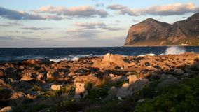 Landschap van Middellandse Zee, mening van het Eiland van Vrouwen of Isola delle Femmine, Sicilië stock videobeelden