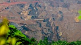 Landschap van open kuilmijnbouw in Sangatta, Indonesië Stock Afbeelding