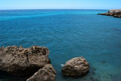 Landschap van overzees bij het strand met berg stock foto