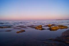 Landschap van overzees, strand, op zee zonsondergang, rode hemel, vurige zonsondergang Stock Foto