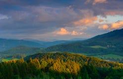 Landschap van poetsmiddel beskid bergen bij zonsondergang met verbazend licht Stock Foto