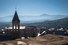 Landschap van Ponferrada met de sneeuwbergen op de achtergrond, van de kasteelmuur stock foto