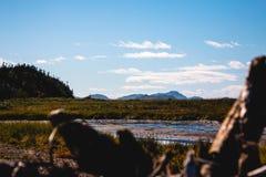 Landschap van Quebec met bergen en blauwe hemel royalty-vrije stock foto