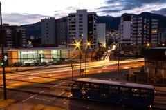 Landschap van quito Ecuador horizon met zich auto's het bewegen royalty-vrije stock afbeeldingen