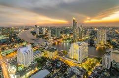 Landschap van Rivier in de stad van Bangkok in nacht met vogelmening Stock Fotografie