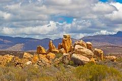 Landschap van roodachtige rotsen, bergen, en hemel stock afbeeldingen