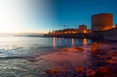 Landschap van schemer aan nacht van stad van Alghero, Sardinige TIF stock fotografie