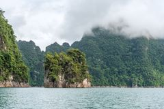 Landschap van Smaragdgroene meer, bos en berg Cheow Lan Dam Stock Foto's