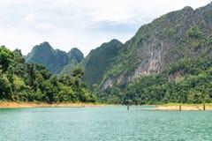 Landschap van Smaragdgroene meer, bos en berg Cheow Lan Dam Stock Afbeeldingen